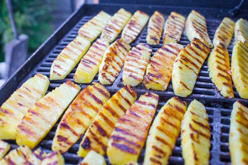 Ananas frits sur le gril extérieur images libres de droits