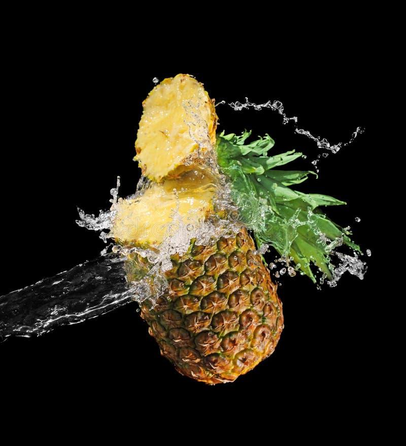 Ananas gespritzt mit Wasser lizenzfreies stockfoto