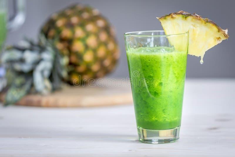 Ananas grüner Smoothie stockfoto. Bild von saft, kalorien - 63548926