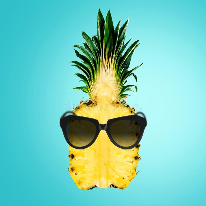 Ananas jest ubranym okulary przeciwsłonecznych - lato wakacje zdjęcie royalty free