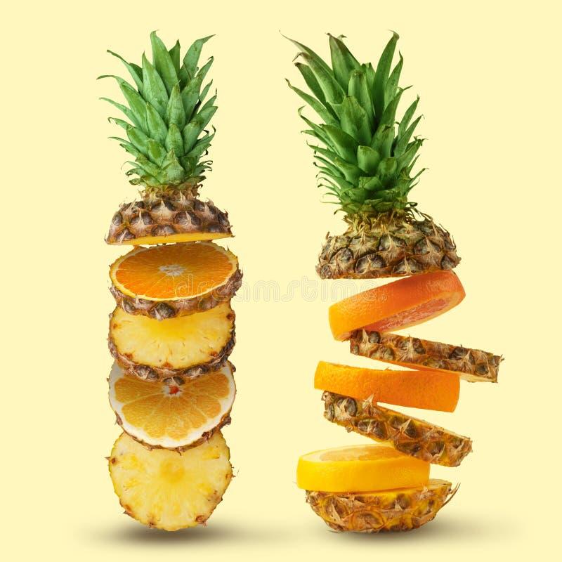 Ananas juteux, coupe en morceaux sur un fond blanc D'isolement photos libres de droits