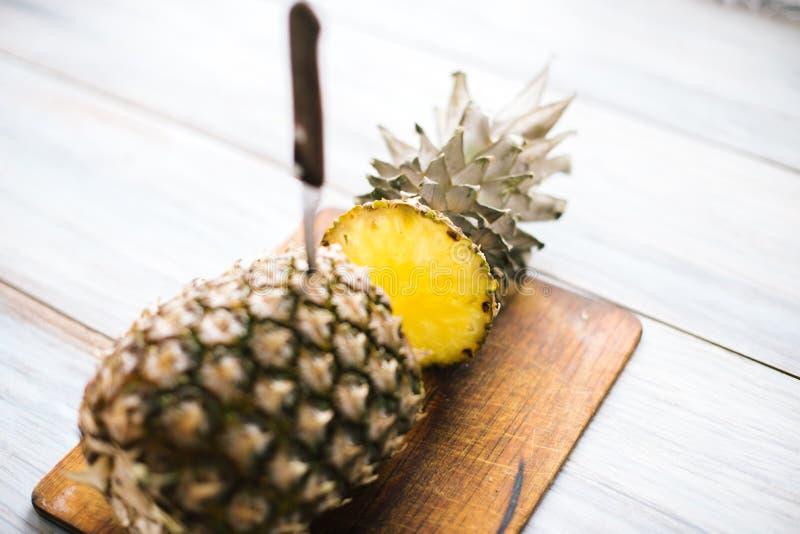 Ananas mûr bissecté mûr sur un fond en bois photo stock
