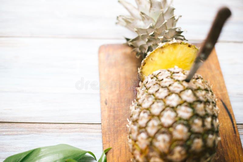 Ananas mûr bissecté mûr sur un fond en bois photo libre de droits