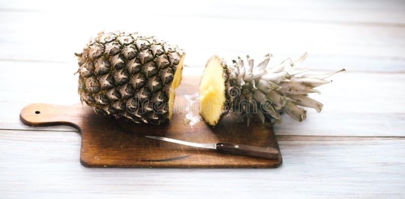 Ananas mûr bissecté mûr sur un fond en bois image libre de droits