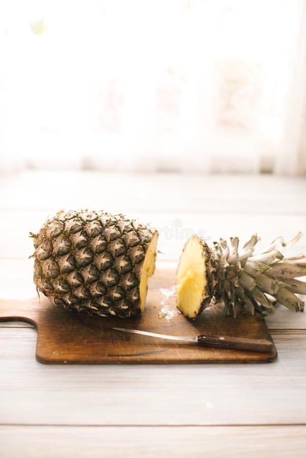 Ananas mûr bissecté mûr sur un fond en bois images stock