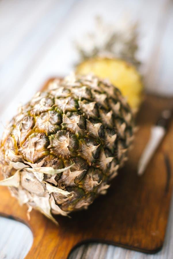 Ananas mûr bissecté mûr sur un fond en bois photos stock