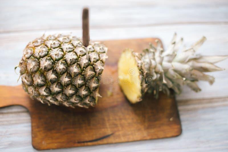 Ananas mûr bissecté mûr sur un fond en bois images libres de droits