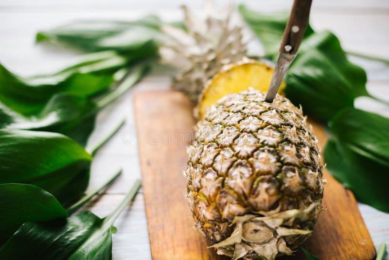 Ananas mûr bissecté mûr sur un fond en bois photographie stock libre de droits