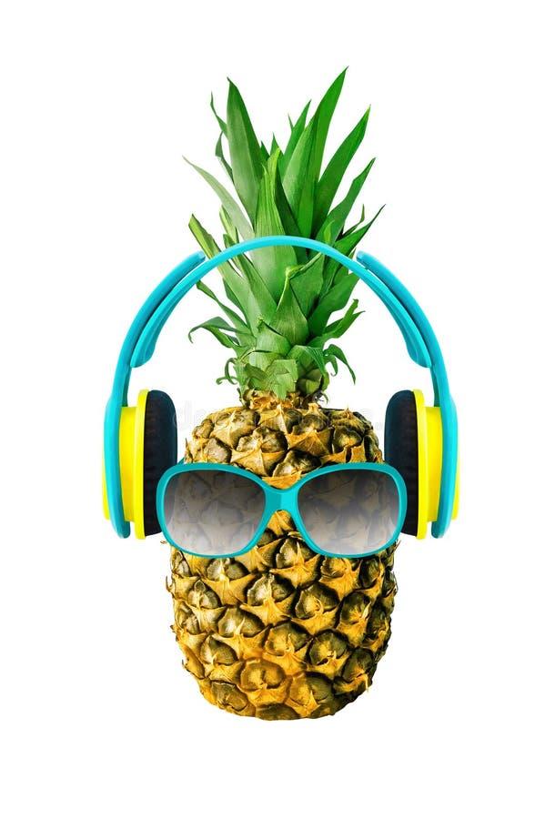Ananas med exponeringsglas och hörlurar royaltyfria foton
