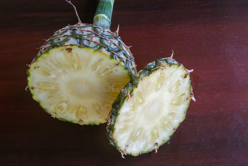 Ananas med skivor arkivfoton
