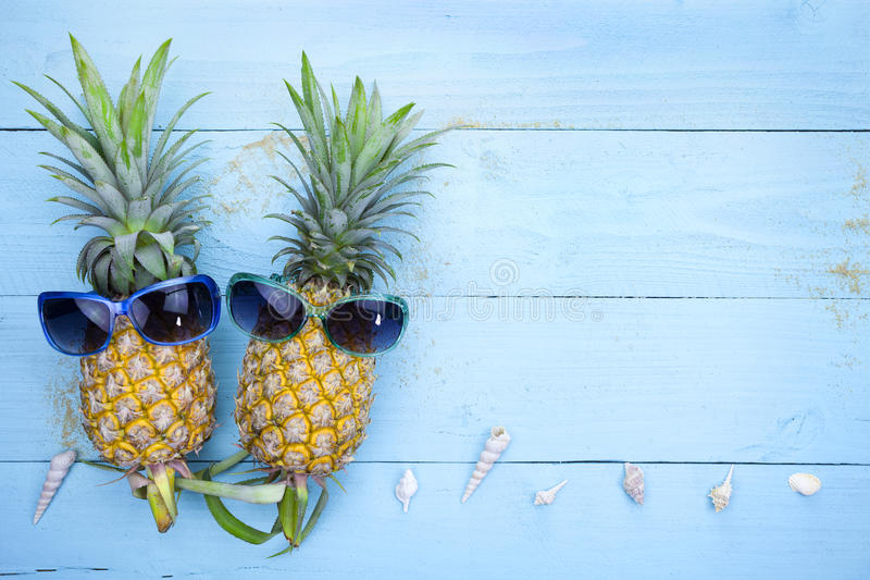 Ananas met zonnebril op blauwe houten achtergrond, de zomer backg royalty-vrije stock afbeelding