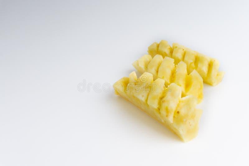 Ananas mit den Scheiben lokalisiert auf wei?em Hintergrund lizenzfreies stockfoto