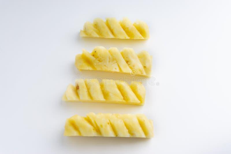 Ananas mit den Scheiben lokalisiert auf wei?em Hintergrund stockfotografie