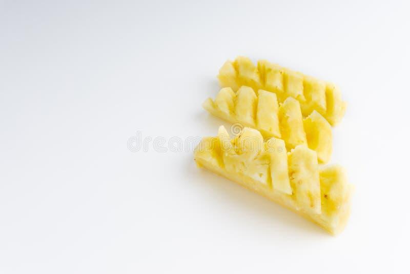 Ananas mit den Scheiben lokalisiert auf wei?em Hintergrund lizenzfreie stockfotos