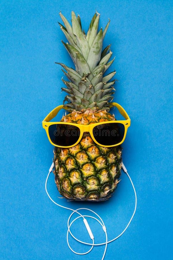 Ananas mit Sonnenbrille und Kopfhörern stockbild