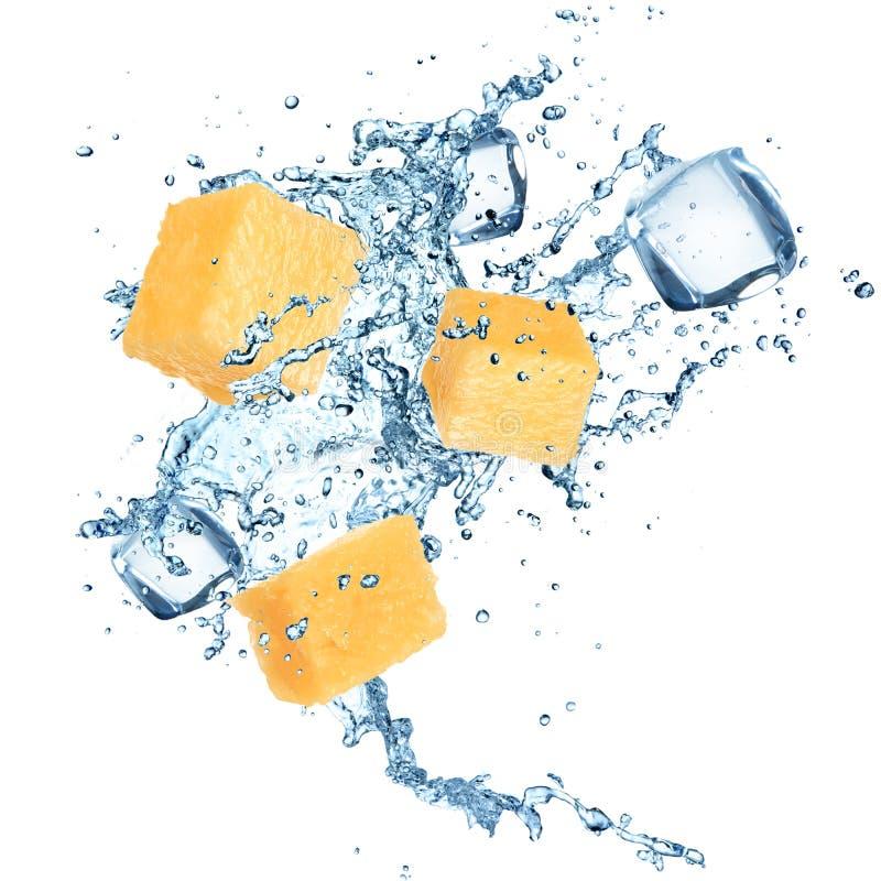 Ananas mit Wasserspritzen stockfotos