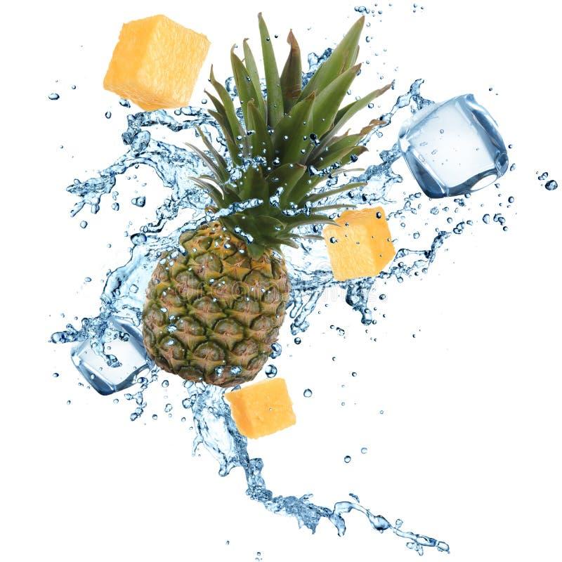 Ananas mit Wasserspritzen lizenzfreie stockfotografie