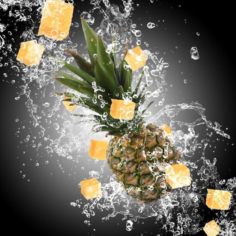 Ananas mit Wasserspritzen stockfoto
