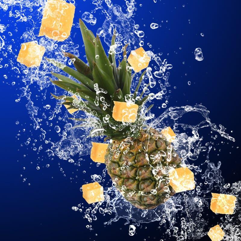 Ananas mit Wasserspritzen lizenzfreies stockfoto