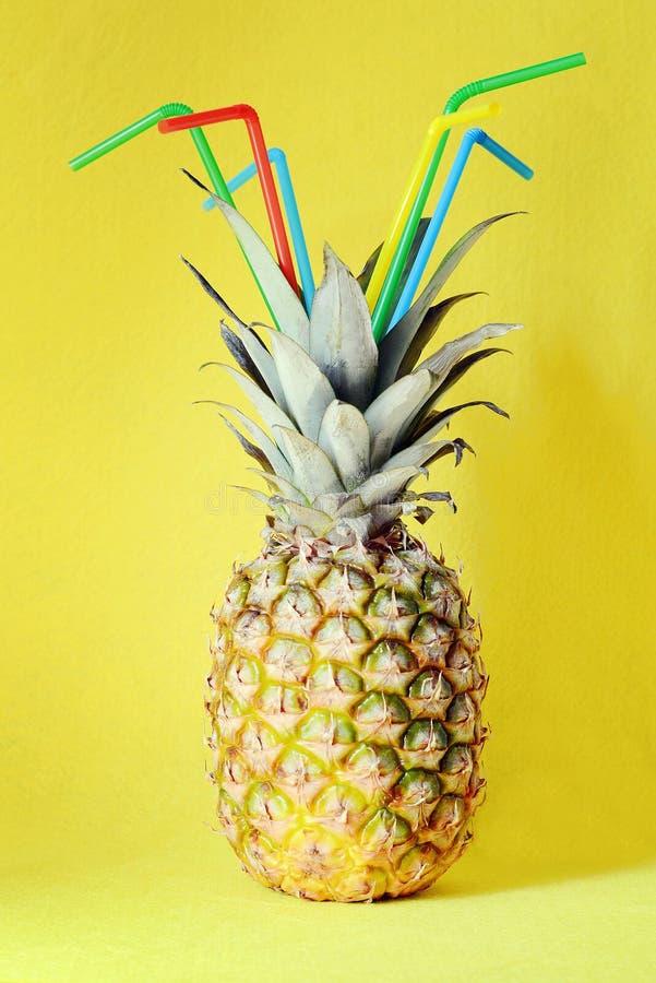 Ananas na żółtym tle Plaża i tropikalny ma młodych partyjnych ludzi koktajl zabawa zdjęcia stock