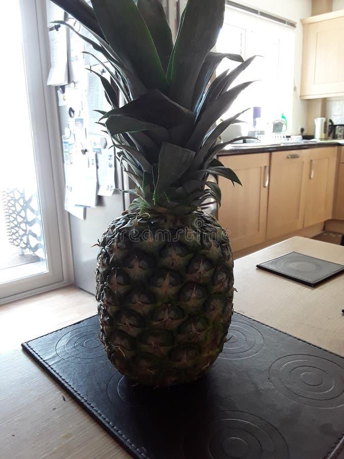 Ananas på tabellen arkivfoto