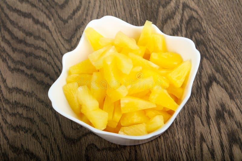 ananas p? burk arkivfoton