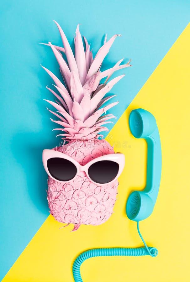 Ananas peint avec des lunettes de soleil photos libres de droits