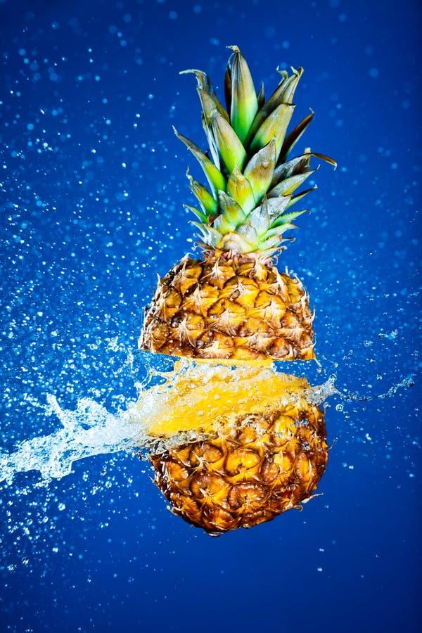 ananas plaskat vatten royaltyfri bild