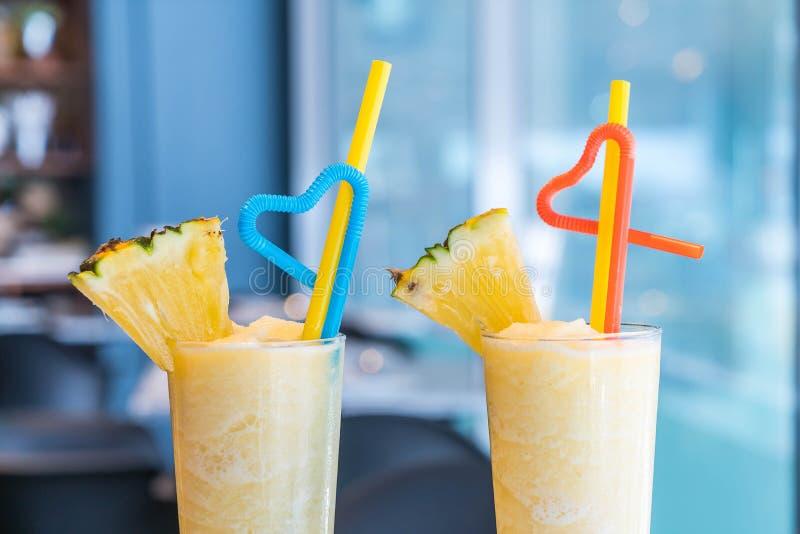 Ananas Smoothie in einem Café ` stockbild