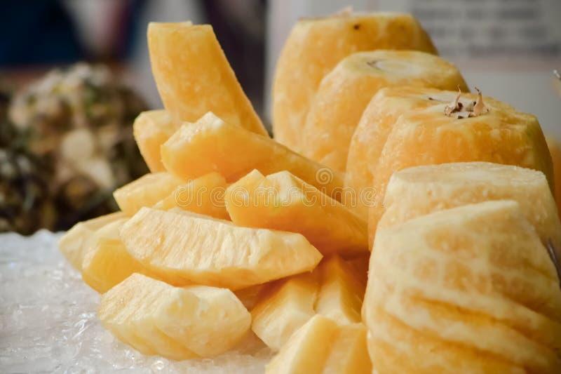 Ananas in stukken wordt gesneden dat stock foto's