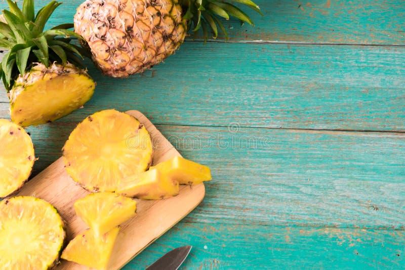 Ananas sui precedenti di legno di struttura fotografie stock libere da diritti