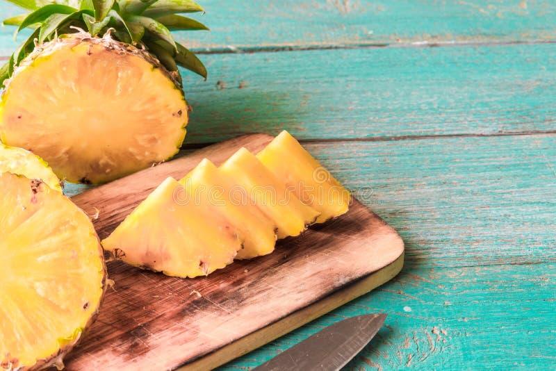 Ananas sui precedenti di legno di struttura fotografia stock
