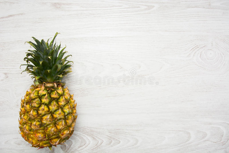 Ananas tropical sur le bois photo stock