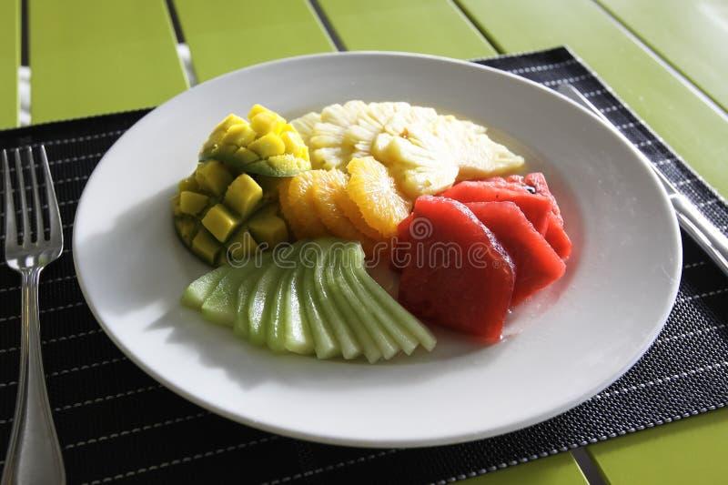 Ananas, Wassermelone und orange Salat, sortierte Früchte Gedeck in einem Restaurant lizenzfreies stockbild