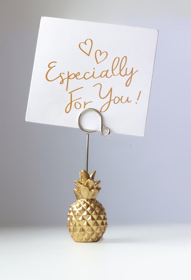 Ananasa papierowy właściciel z inskrypcją dla ciebie - szczególnie obrazy royalty free