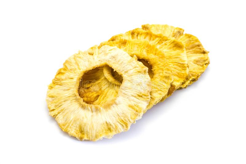 Ananasa ananasa pierścionku pierścionki suszący suszą odosobnionego białego tło fotografia stock