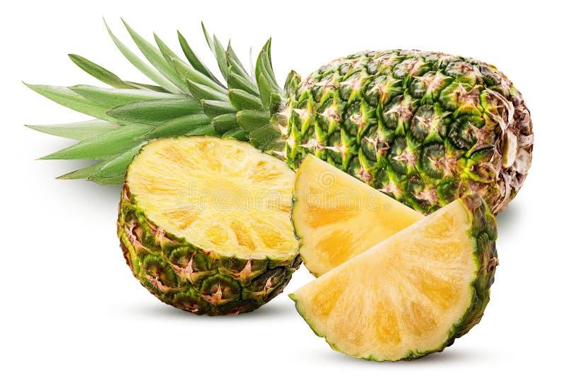 Ananasfrucht ganz und Schnitt zur Hälfte und Scheibe mit grünen Blättern stockbilder