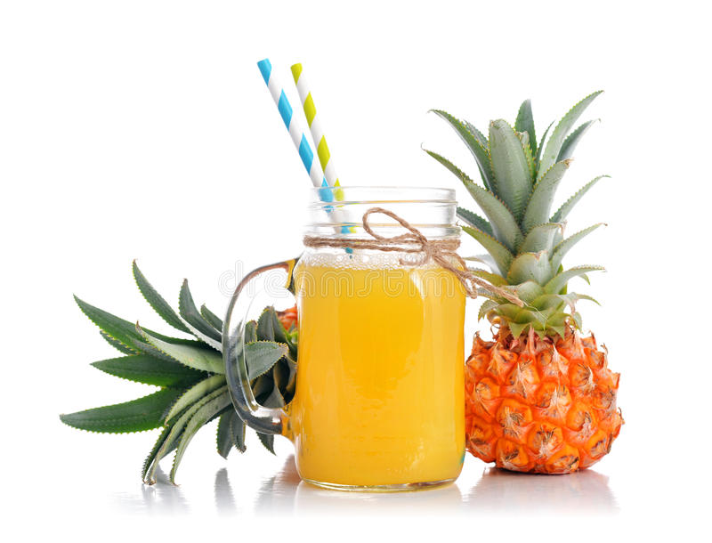 Ananasfruktsaft i den glass kruset royaltyfri foto