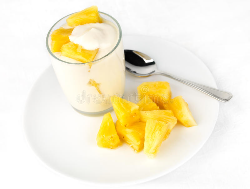 Ananasjoghurt mit Ananasklumpen lizenzfreie stockfotografie