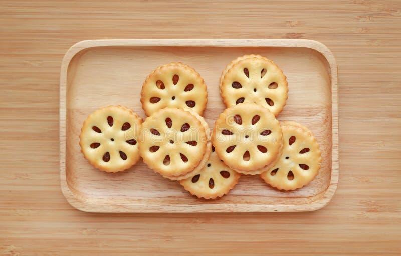 Ananasowi ciastka na drewnianej tacy przeciw drewnianej deski tłu Tajlandzki przekąski jedzenie obraz stock