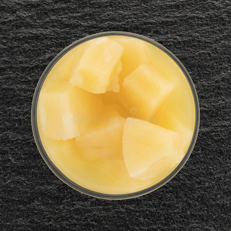 Ananasowi kawały w szklanego pucharu odgórnym widoku obraz royalty free