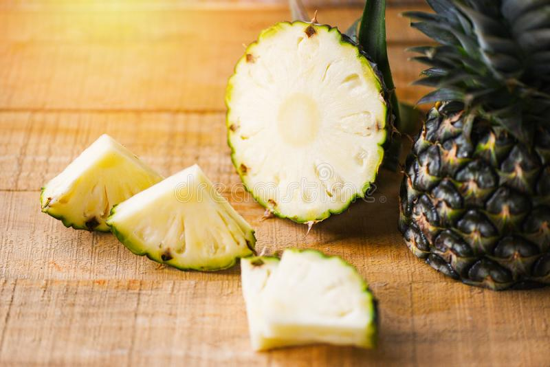Ananasowy plasterek na drewnianym stole - Świeża ananasowa lato owoc zdjęcia royalty free