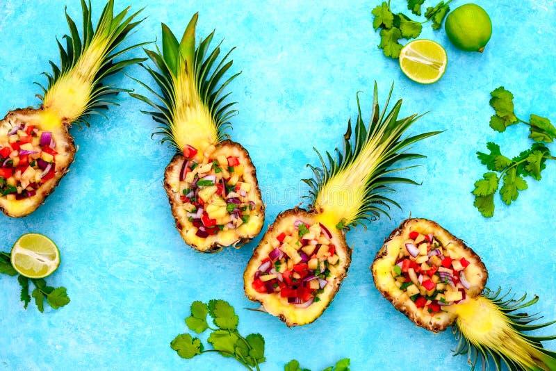 Ananasowy salsa słuzyć w ananasowe skorupy zdjęcie royalty free
