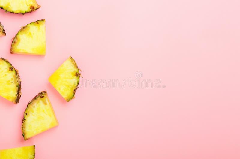 Ananasplakken op een roze achtergrond Tropisch sappig exotisch gezond fruit Vlakke legt de exemplaar ruimte, hoogste mening, royalty-vrije stock afbeeldingen