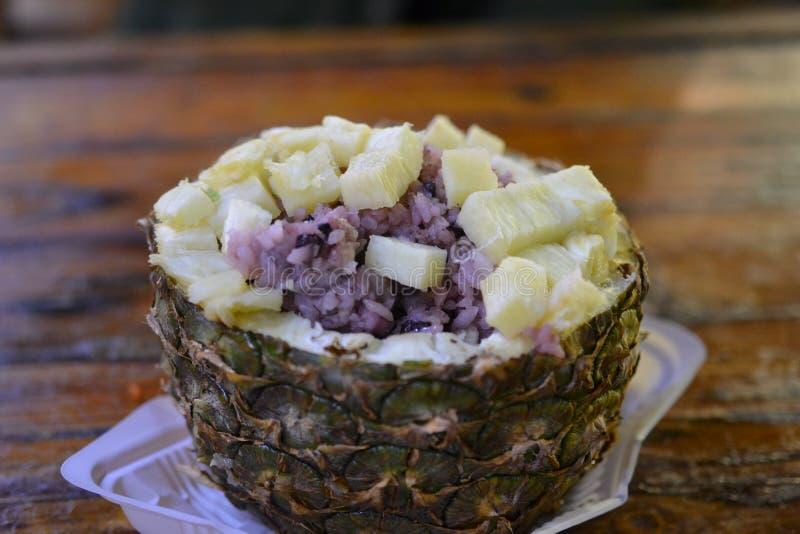 Ananasrijst in Lijiang, Chinese delicatessen, Aziatisch voedsel stock afbeeldingen