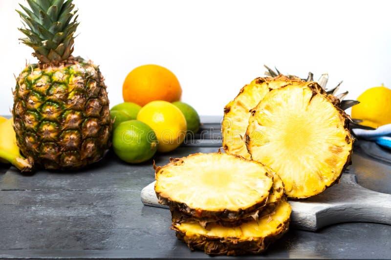Ananasscheiben für die Herstellung eines Smoothie lizenzfreie stockfotografie