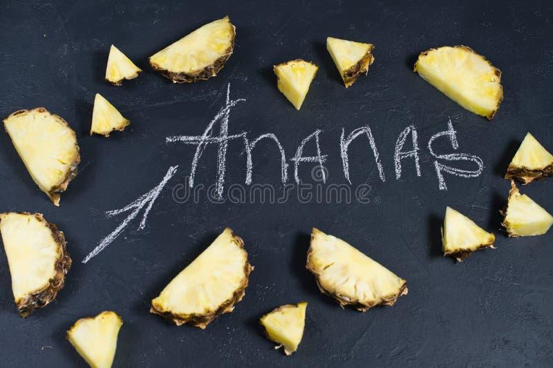 Ananasskivor p? svart bakgrund med utrymme f?r text- och kritainskrift stock illustrationer