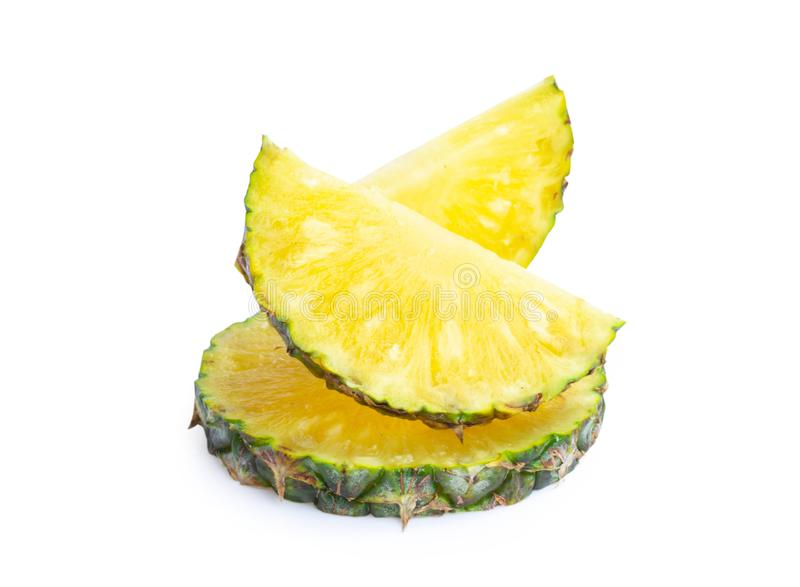 Ananasskivor som isoleras på vit bakgrund, snabb bana royaltyfri bild