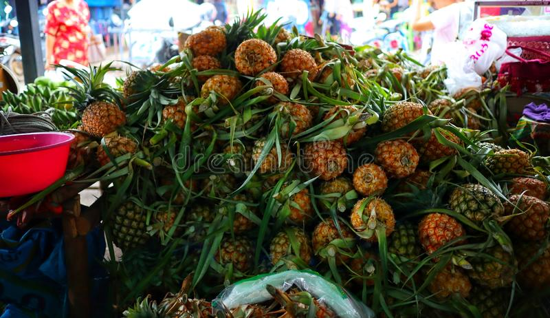 Ananasstapel vieler Kombinationen im asiatischen Markt lizenzfreies stockfoto