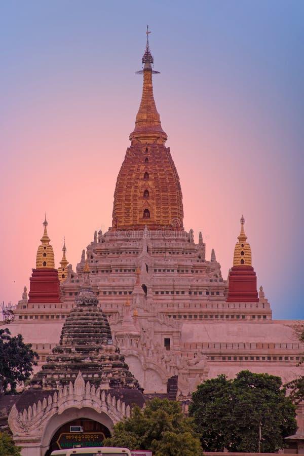 Ananda świątynia w Bagan, Myanmar przy zmierzchem zdjęcie stock